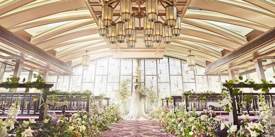結婚式当日は美しいステンドグラスから降り注ぐ光と生演奏の音楽とともに素敵な挙式を